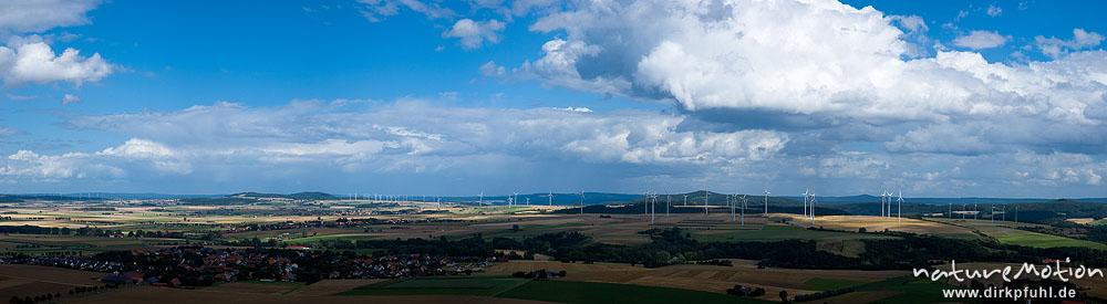 Windräder inmitten von Feldern, Wolken eines aufziehenden Gewitters, Desenberg bei Warburg, Warburg, Deutschland