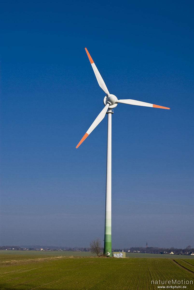Windkraftanlage, Windrad, Enercon E-40, einzelne Anlage inmitten Getreidefeld, Morgenlicht, blauer Himmel, Preetz, Nordvorpommern, Deutschland