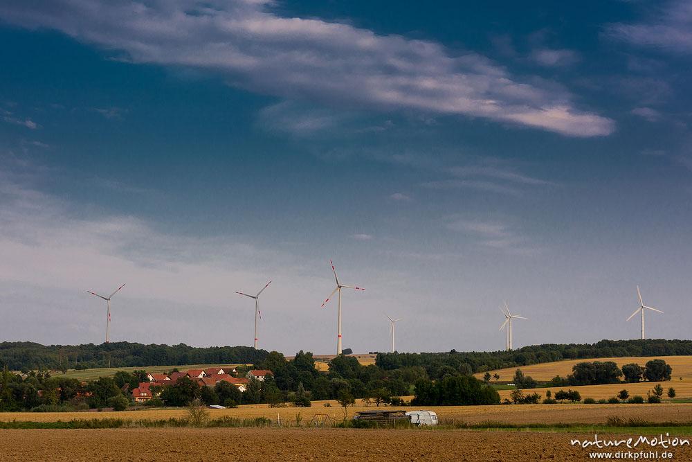 windr der windkraftanlagen drei enercon e 101 auf 135 meter hohen t rmen daneben weitere. Black Bedroom Furniture Sets. Home Design Ideas