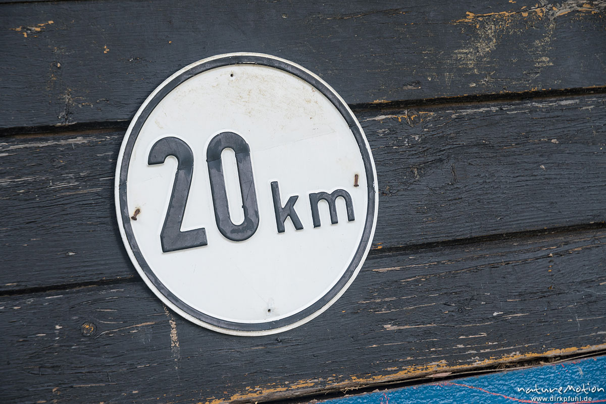 Geschwindigkeitsschild 20 km, Schild weist auf Höchstgeschwindigkeit des Fahrzeugs hin, Göttingen, Deutschland