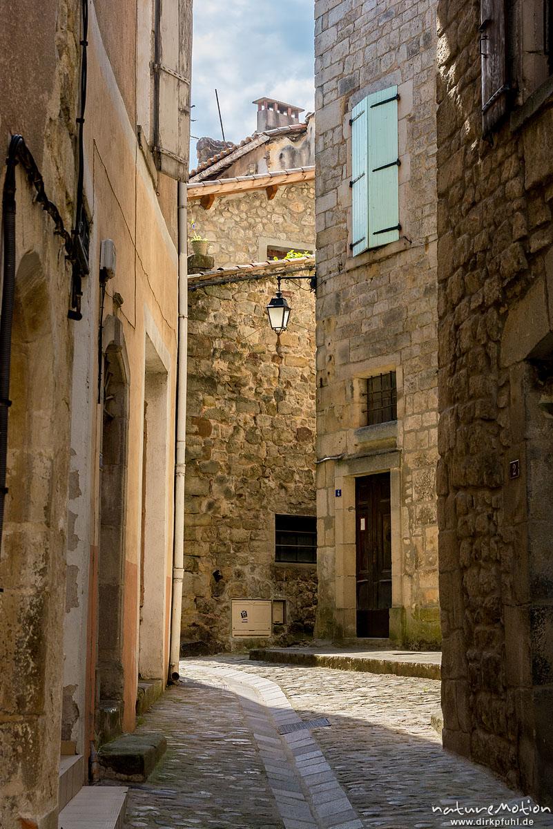 enge Gassen durch steinerne Gebäude, Innenstadt von Largentiere, Largentiére, Frankreich