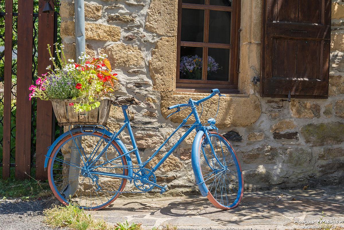 Fahrrad vor Hausfassade, blau gestrichen und mit Blumenkorb, Bédouès, Florac, Frankreich