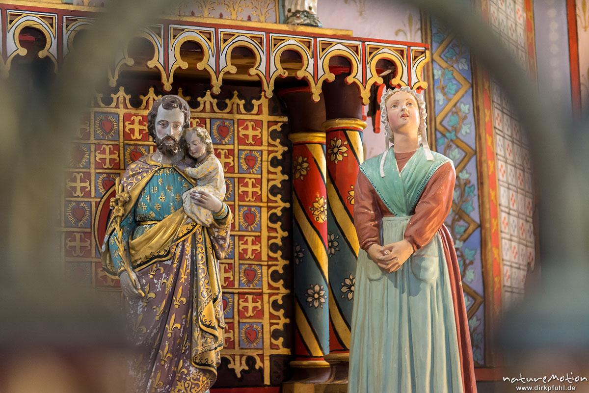 hölzerne Statuen von Joseph und Maria, Chapelle Saint Saturnin, Bédouès, Innenraum mit farbigen Wandmalereien, Florac, Frankreich