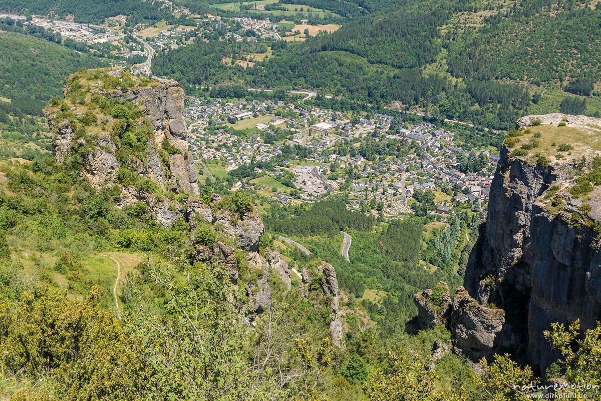 Blick auf Florac von der Kante der Causse Méjean, Florac, Frankreich