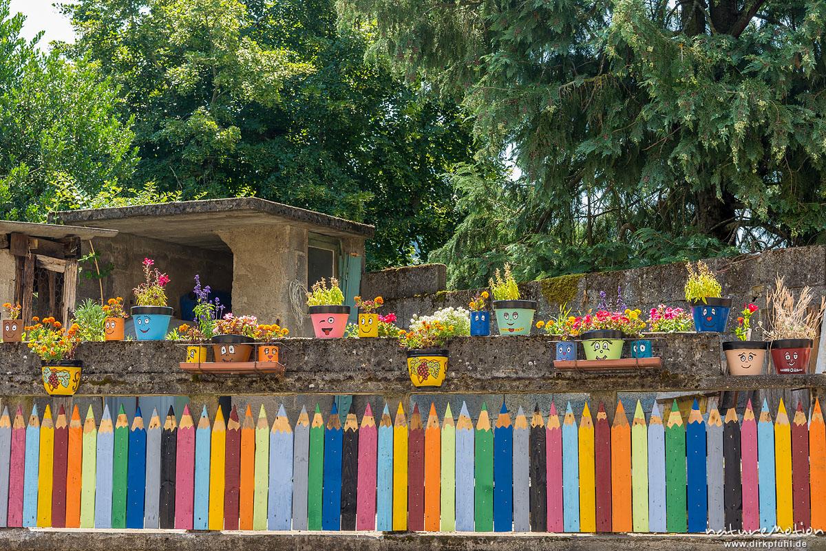 bunt bemalter Zaun, Kindergarten, Florac, Frankreich
