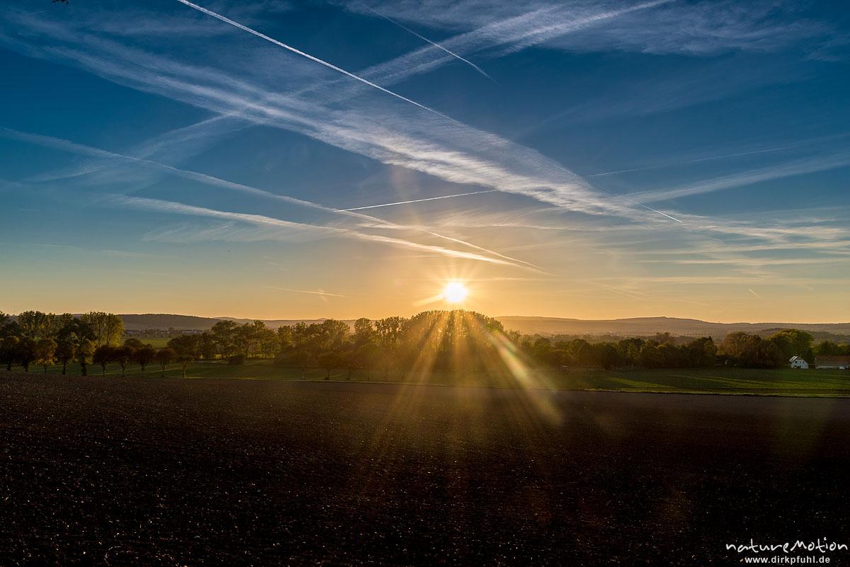 Sonnenuntergang, Himmel mit zahlreichen Kondenstreifen, Leineauen, Göttingen, Deutschland