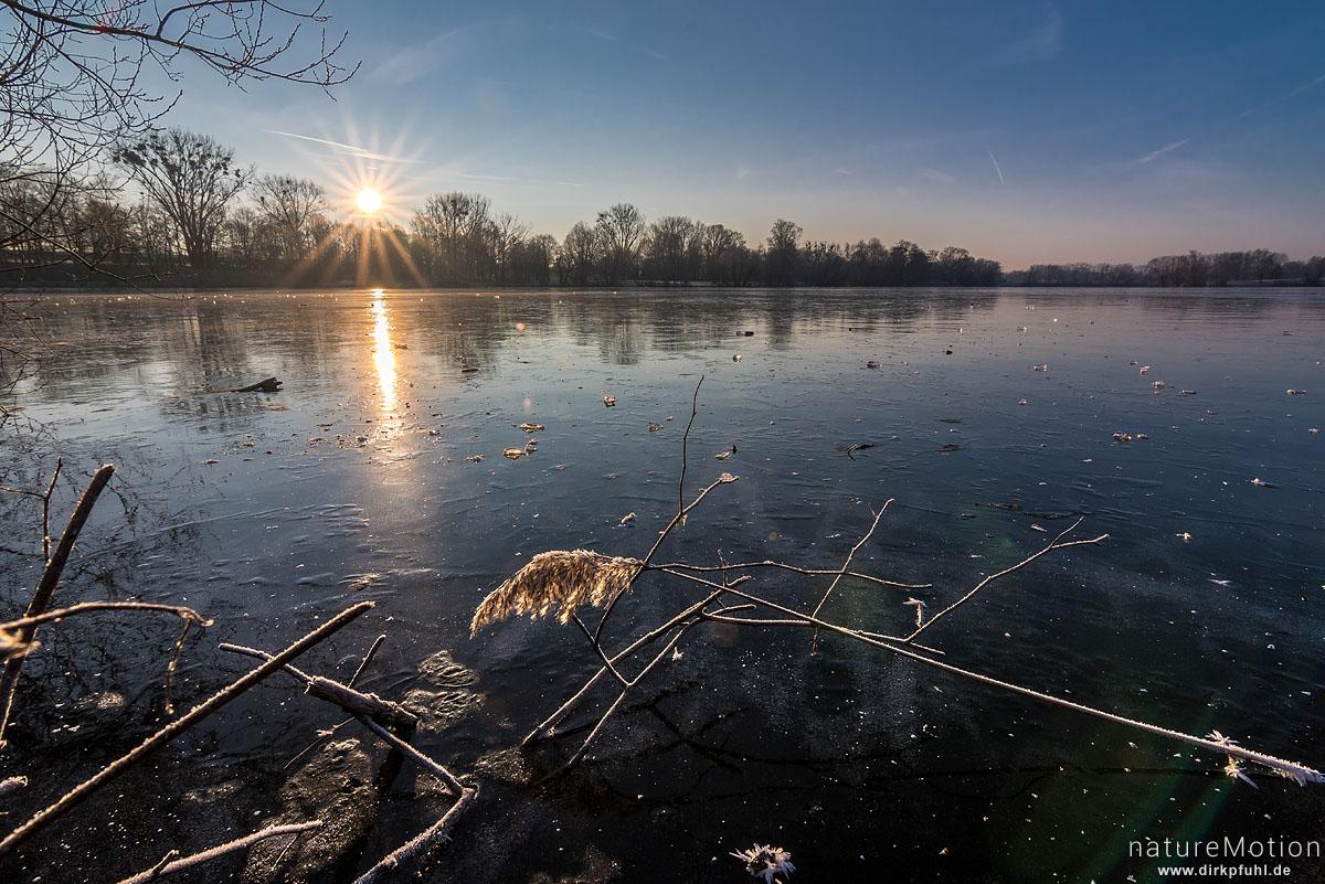 Eisfläche bei Sonnenaufgang, Kiessee, Göttingen, Deutschland