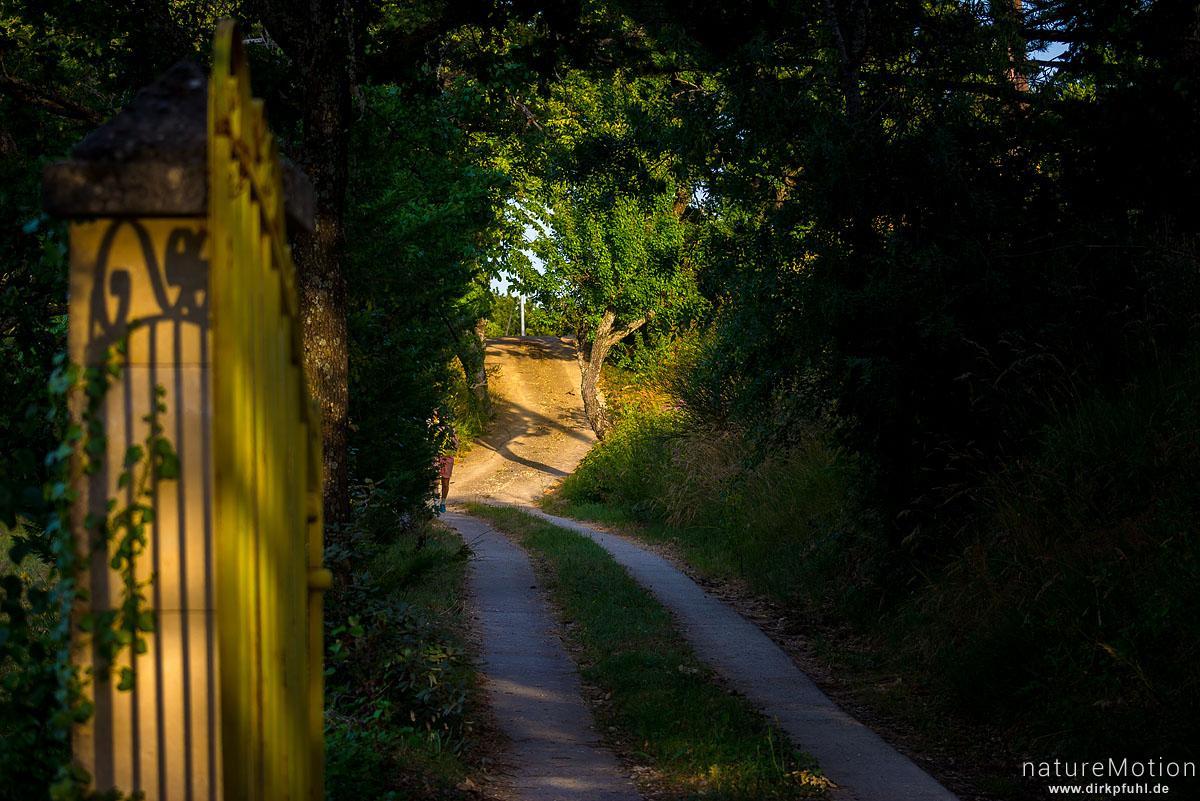 Weg, Schatten eines gusseisernen Tores auf dem Torpfosten, St-Massian, Apt - Provence, Frankreich