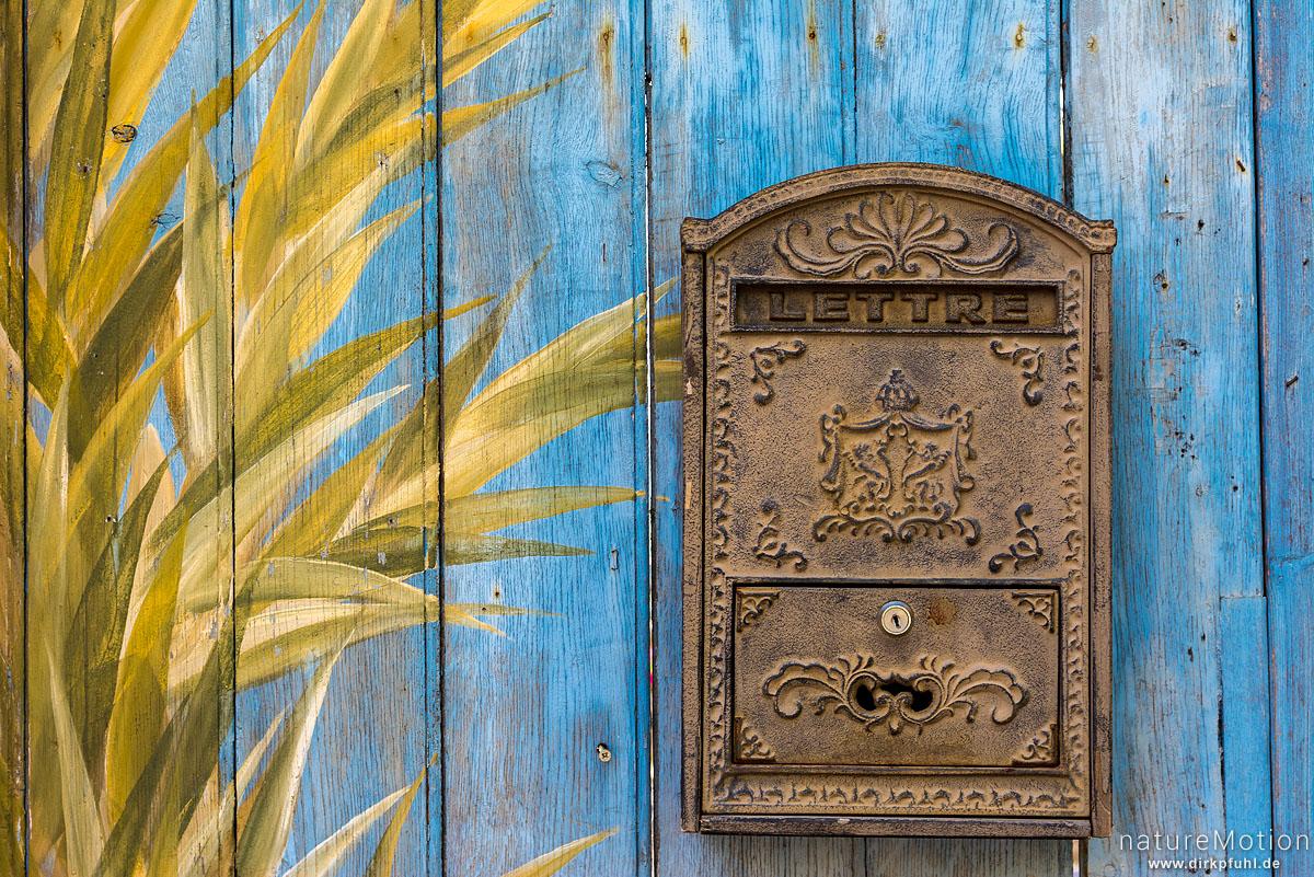 gusseiserner Briefkasten an bemalter Holzfassade, Roussillon - Provence, Frankreich