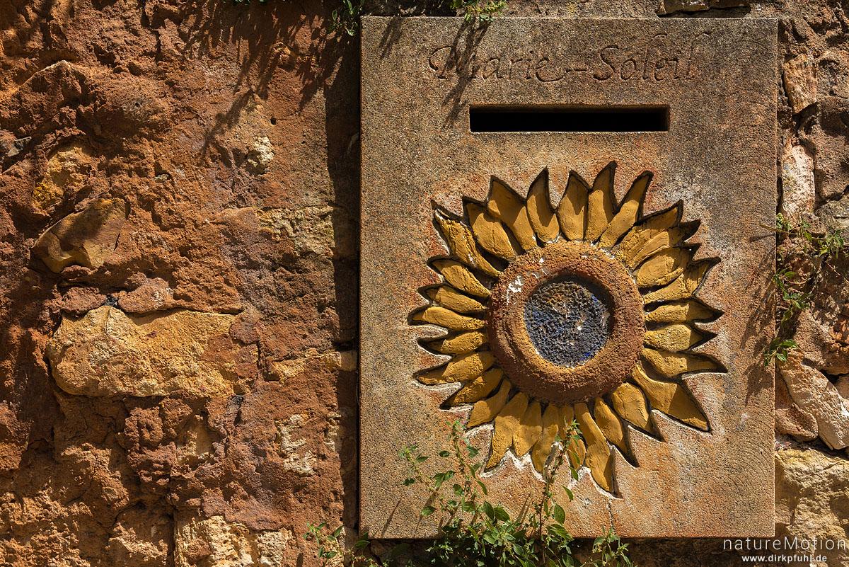 steinerner Briefkasten mit gravierter Sonnenblume, Roussillon - Provence, Frankreich