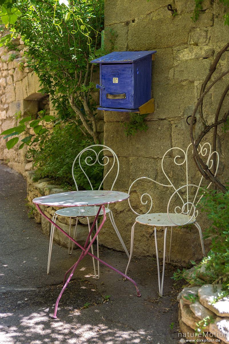 zwei Stühle mit Tisch, Briefkasten, Saignon - Provence, Frankreich