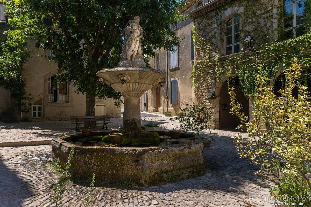 Brunnen auf dem Dorfplatz, Saignon - Provence, Frankreich