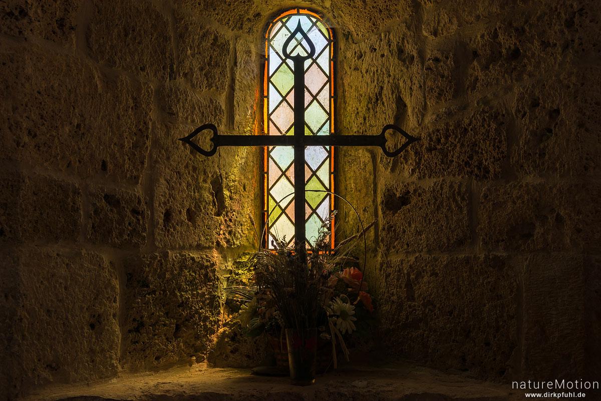 Kreuz vor Kirchfenster, Kirche und Friedhof von Hures, Causees Mejean, Florac, Frankreich