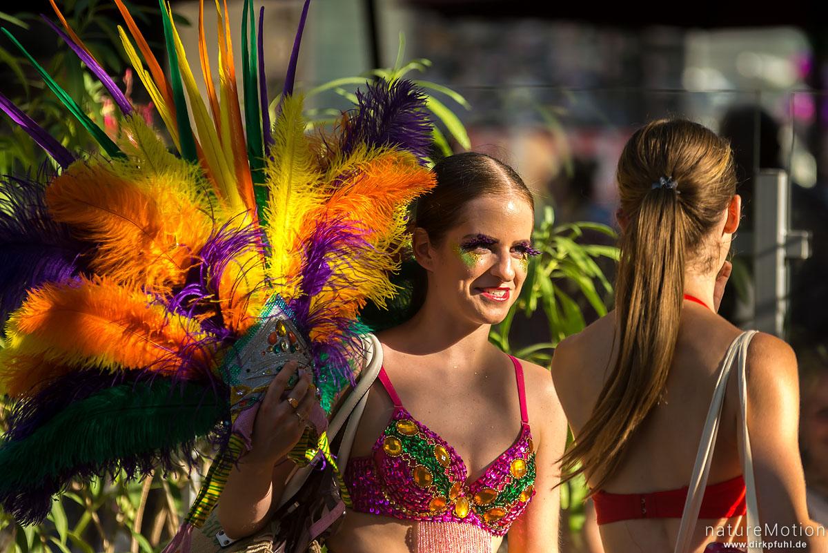 farbige Kostüme, Strassenszenen, Festival Avignon, Avignon, Frankreich