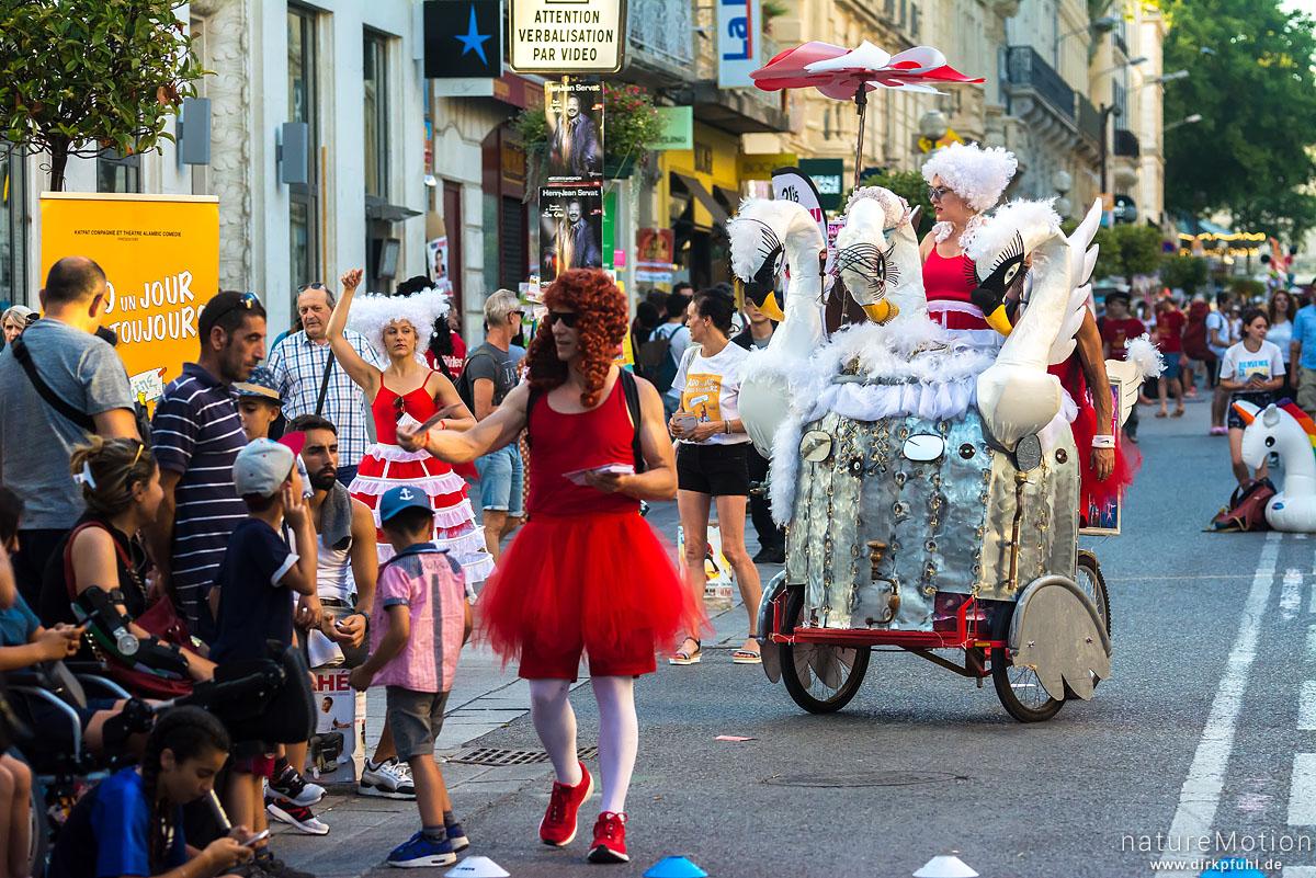 Wagen mit Schauspielern, verteilen Werbeflyer, Strassenszenen, Festival Avignon, Avignon, Frankreich