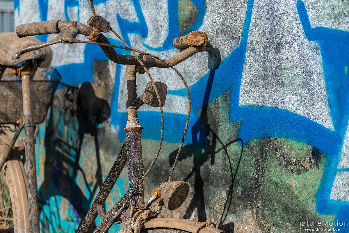 Lenker, altes Fahrrad, schlammbedeckt und verrostet, wurde aus Becken eines Stauwehr geholt und abgestellt, Flütewehr, Göttingen, Deutschland