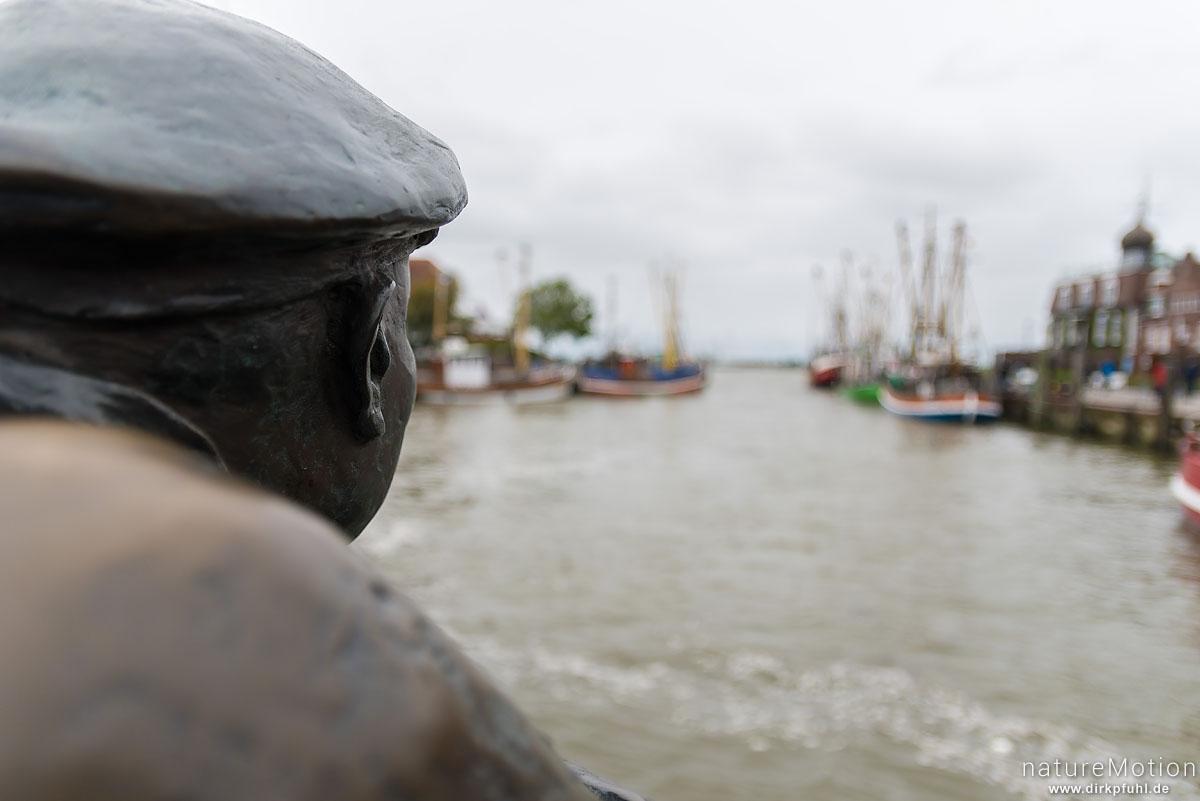 Bronzestatue eines Fischers schaut in den Hafen, Neuharlingersiel, Deutschland