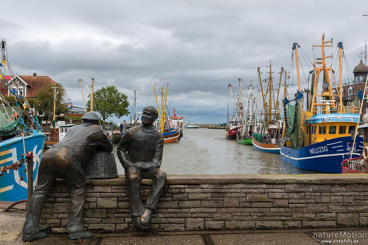 Bronzestatuen zweier Fischer schauen in den Hafen, Neuharlingersiel, Deutschland