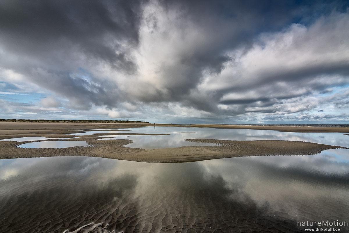 Strand mit Prielen, Wolken spiegeln sich im Wasser, Spiekeroog, Deutschland