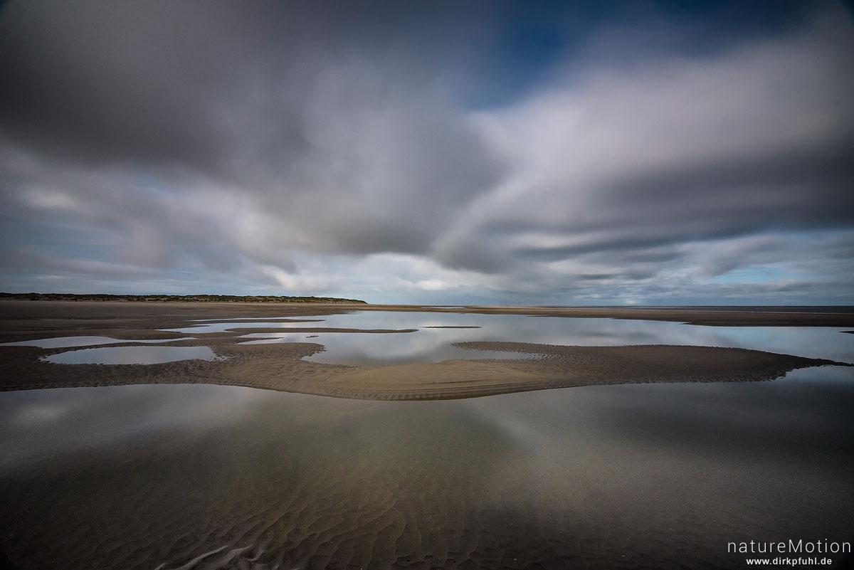 Strand mit Prielen, Wolken spiegeln sich im Wasser, lange belichtet, Spiekeroog, Deutschland