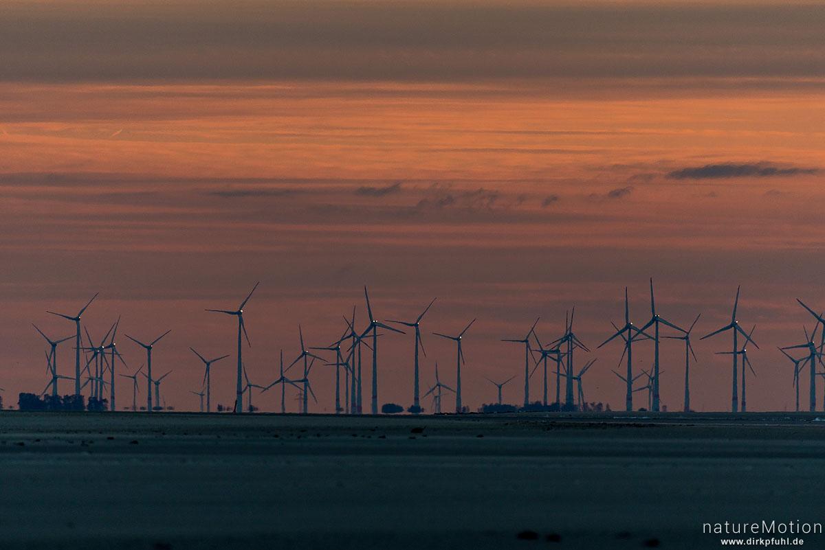 Windräder vor rotem Himmel, Dämmerung, Küste bei Neuharlingersiel, Spiekeroog, Deutschland