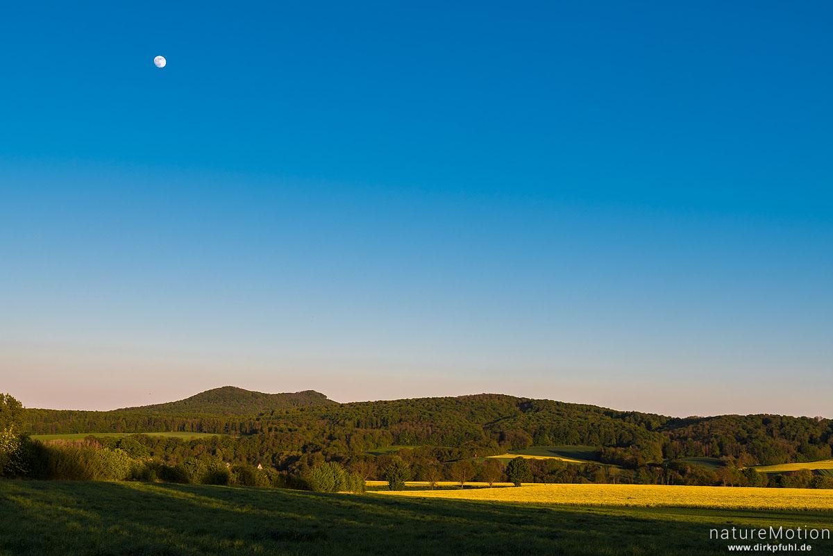 Mond über Wiesen und Rapsfeldern, Blick auf die Gleichen, Diemarden bei Göttingen, Deutschland