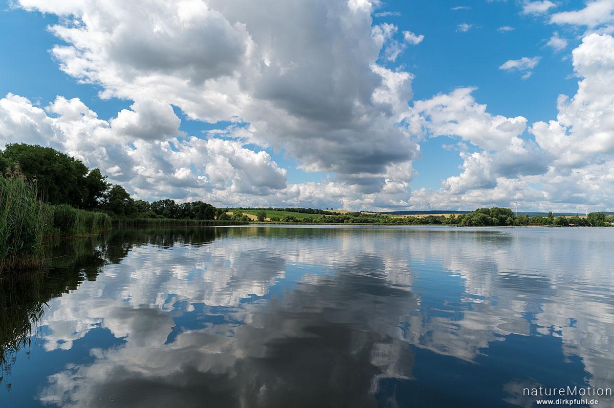 Sommerhimmel, Wolken spiegeln sich im See, Seeburger See, Seeburger See, Deutschland