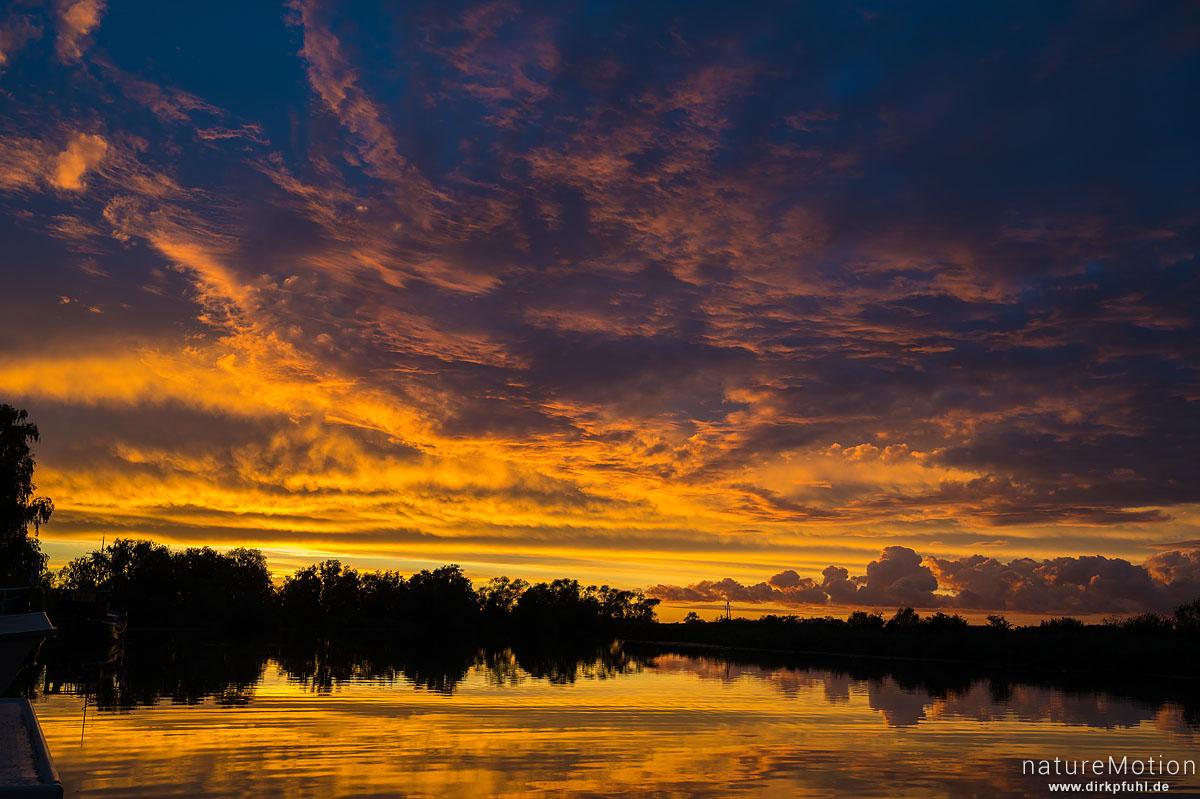Wolken spiegeln sich in der Peene, Anklam, Deutschland