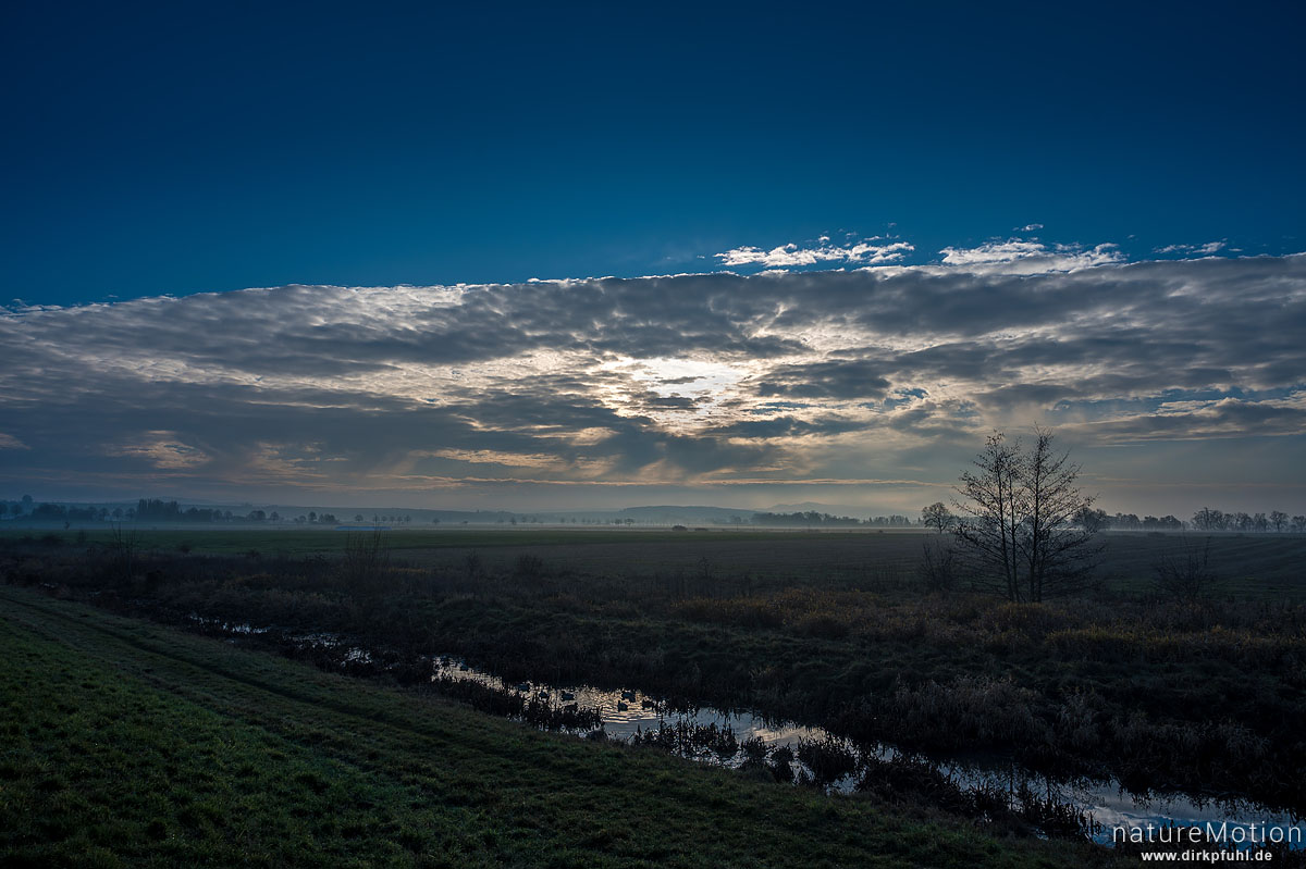 Wolken und Morgennebel über der Feldmark südlich des Flüthewehr, Göttingen, Deutschland