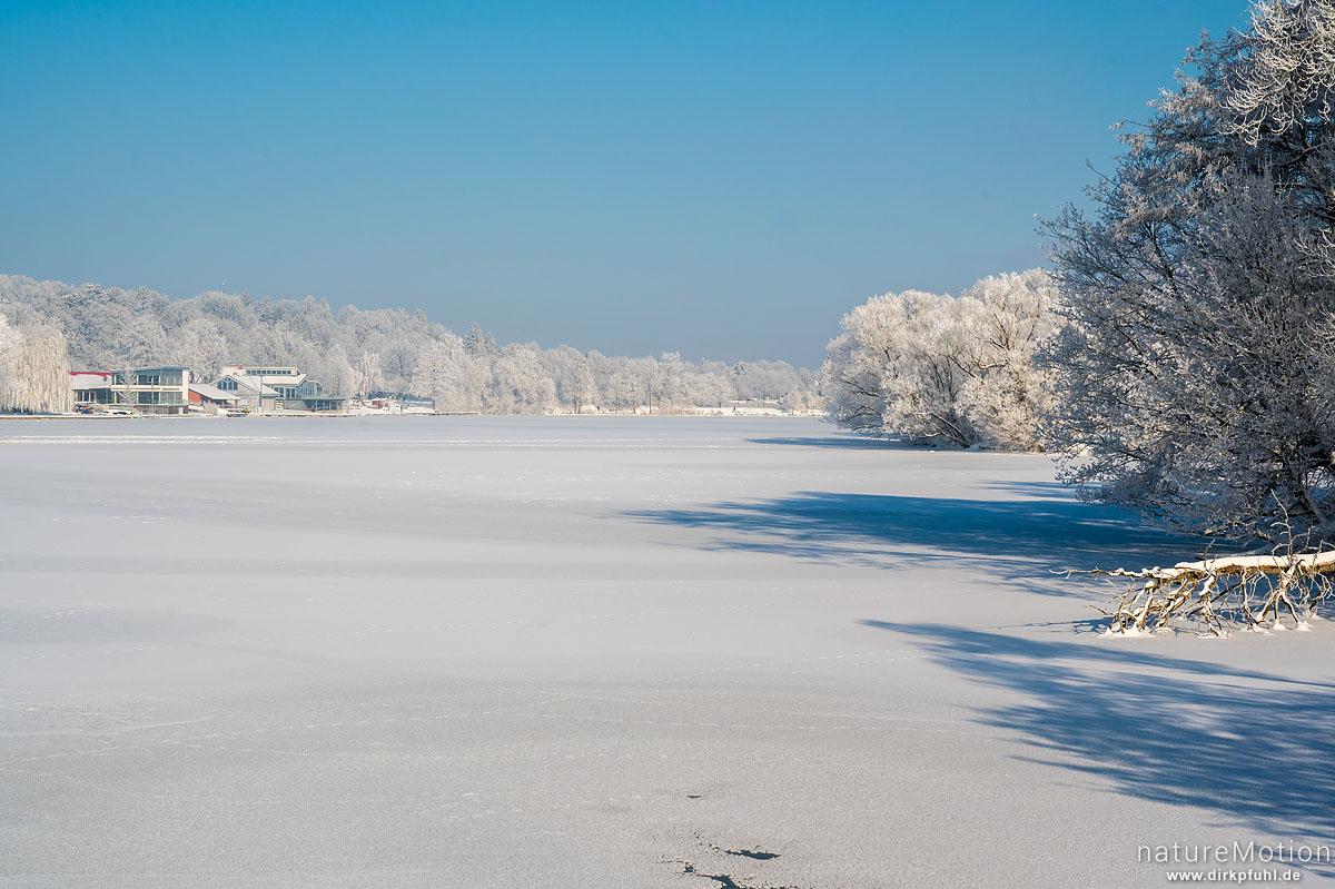 Kiessee, zugefroren und Ufervegetation mit Raureif bedeckt, Göttingen, Deutschland