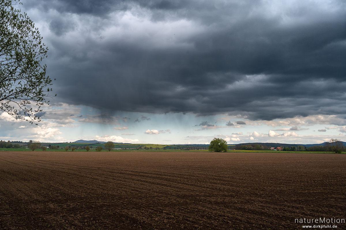 Regenwolken über Ackerfläche, Gleichen, Reinshof, Göttingen, Deutschland