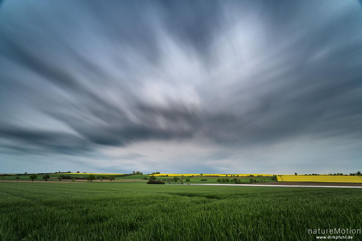 Regenwolken über Feldern, blühender Raps, Diemardener Warte, Göttingen, Deutschland