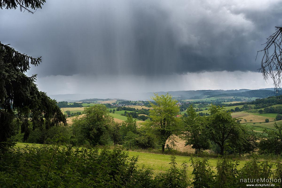 Gewitterwolken und Regen über dem Odenwald, Fränkisch-Crumbach, Deutschland