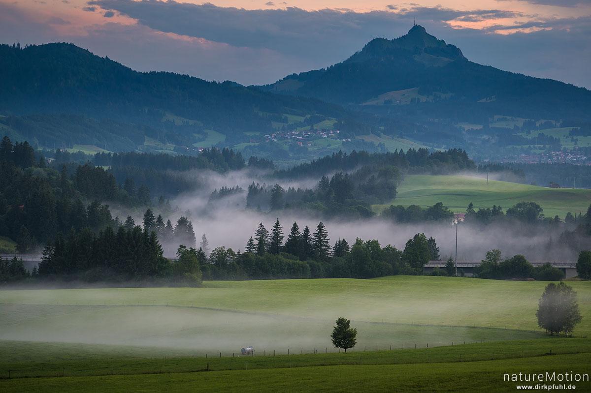 Nebel steigen nach Gewitter aus den Tälern, Abendlicht, Nesselwang (Allgäu), Deutschland
