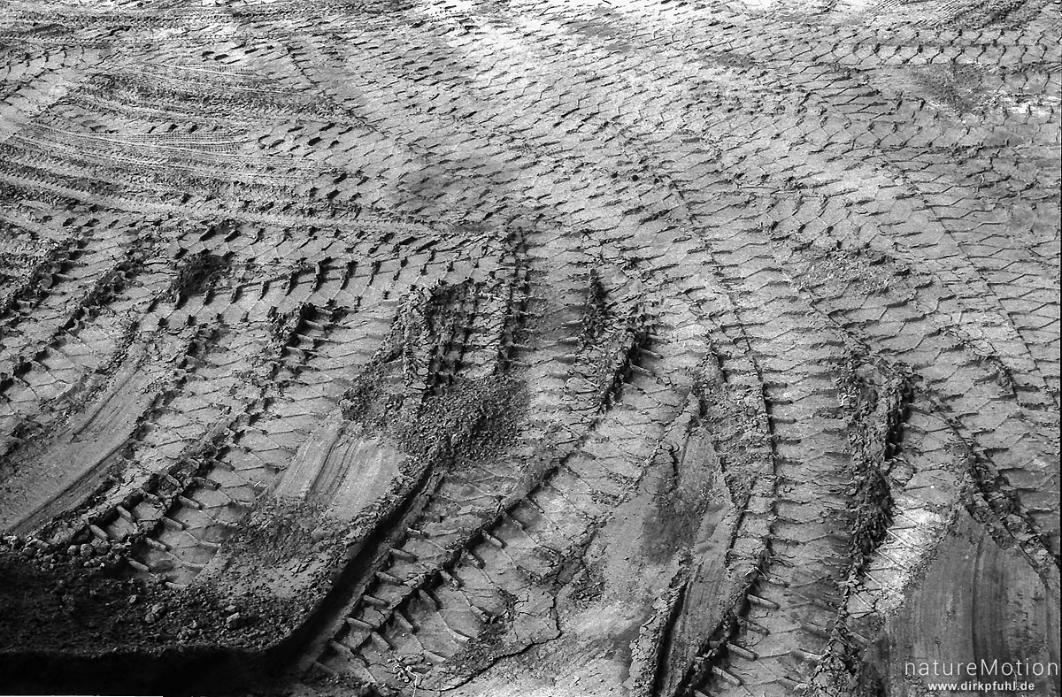 Reifenspuren im Sand, Steinbruch Hoher Hagen, Göttingen, Deutschland