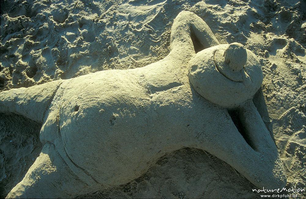 liegender mann aus sand strand bretagne frankreich naturemotion fotografie fotoworkshops. Black Bedroom Furniture Sets. Home Design Ideas